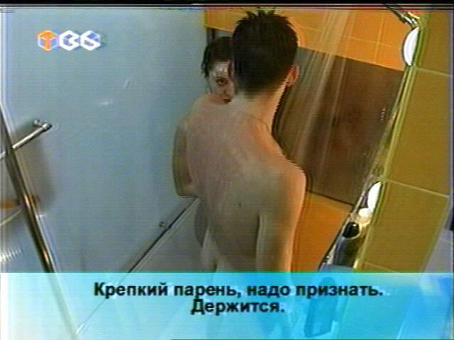 foto-golih-uchastnikov-shou-za-steklom